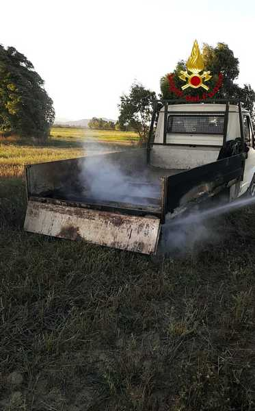 Incendio sulla strada della Trappola: in fiamme camion che trasporta letame