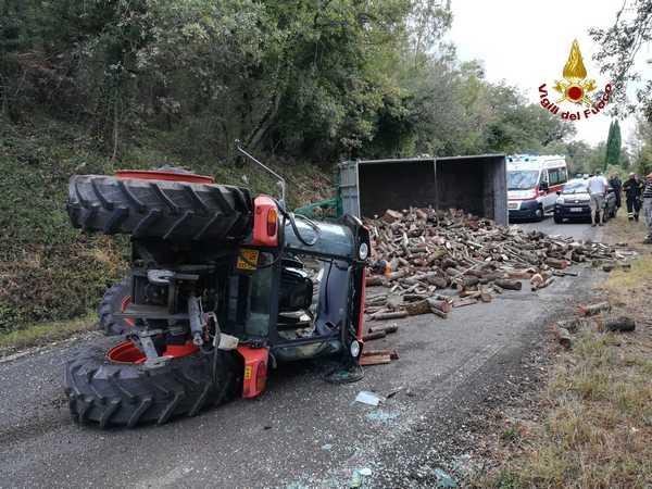 Trattore carico di legna si ribalta sulla strada: muore conducente