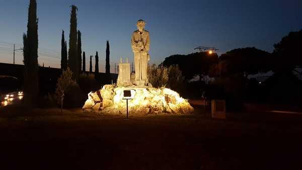 Illuminato il monumento al badilante: la scultura sarà visibile anche di notte