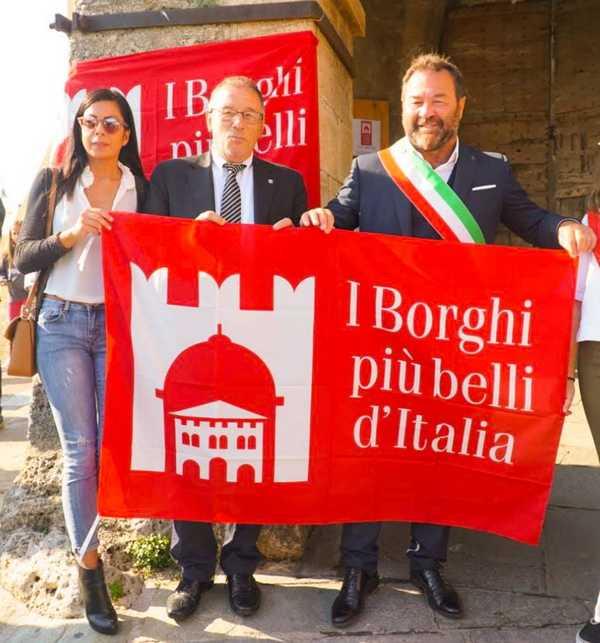 """Capalbio è uno dei """"Borghi più belli d'Italia"""": cerimonia ufficiale in piazza Magenta"""