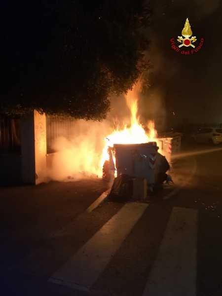 Due cassonetti della spazzatura in fiamme nella notte: intervento dei Vigili del Fuoco