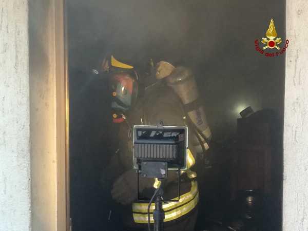 Incendio in uno scantinato: danni al solaio, appartamento inagibile