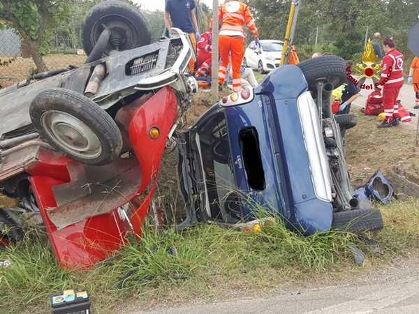 Scontro tra due auto: tre persone ferite, due trasportate con l'elisoccorso a Siena
