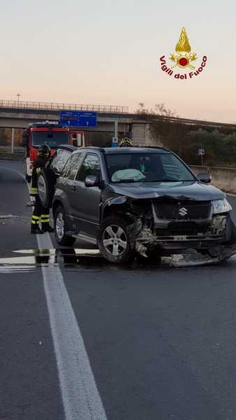 Incidente sulla Senese: auto sbanda e sbatte contro un muro, ferita una donna