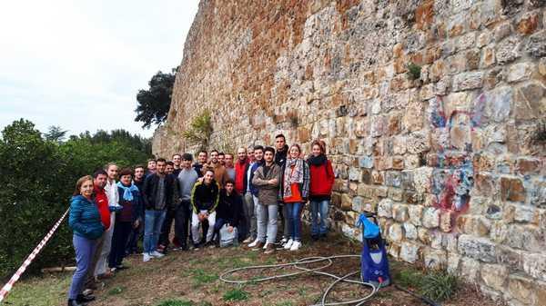 Atto vandalico sulle mura medievali: iniziati i lavori di pulizia delle scritte