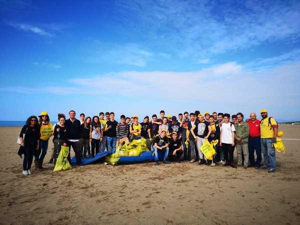 """""""PuliAmo le spiagge"""": studenti e volontari ripuliscono la spiaggia delle capanne"""