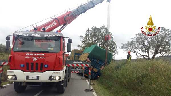 Camion esce di strada ed occupa la carreggiata: i Vigili del Fuoco lo spostato con l'autogrù
