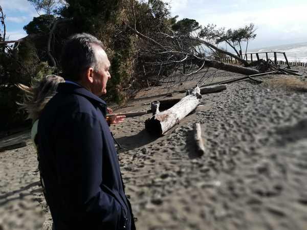Mareggiate e erosione: sopralluogo e incontri di Enrico Rossi in Maremma