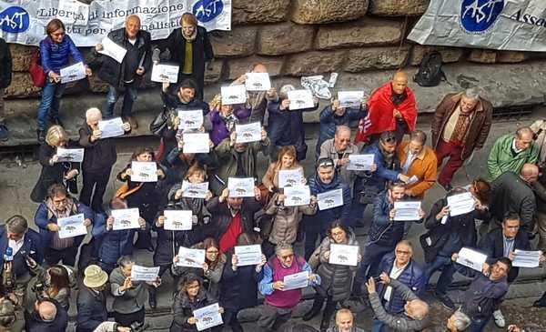 """#Giùlemanidall'informazione, 150 giornalisti in piazza. Rossi: """"Libertà di stampa un valore per tutti"""""""