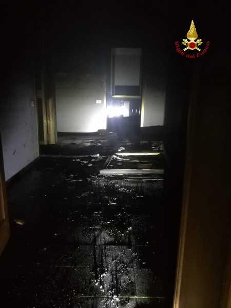 Incendio nella notte: fiamme in un'abitazione in città