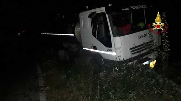 Cisterna esce di strada: i Vigili del Fuoco lavorano tre ore per rimetterla nella carreggiata