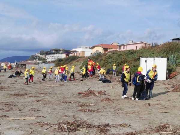 """""""Puliamo il mondo"""": studenti e volontari liberano la spiaggia dai rifiuti"""