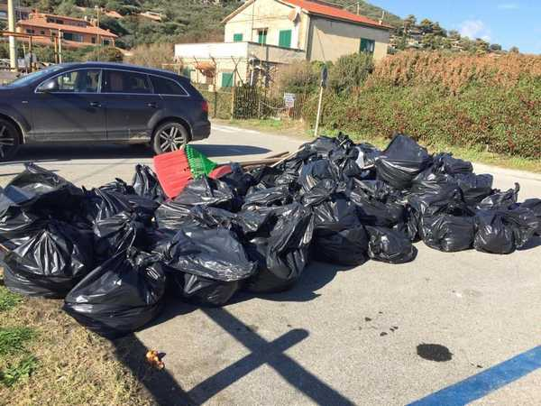 Maltempo, pulizia straordinaria delle spiagge: raccolti 132 quintali di rifiuti