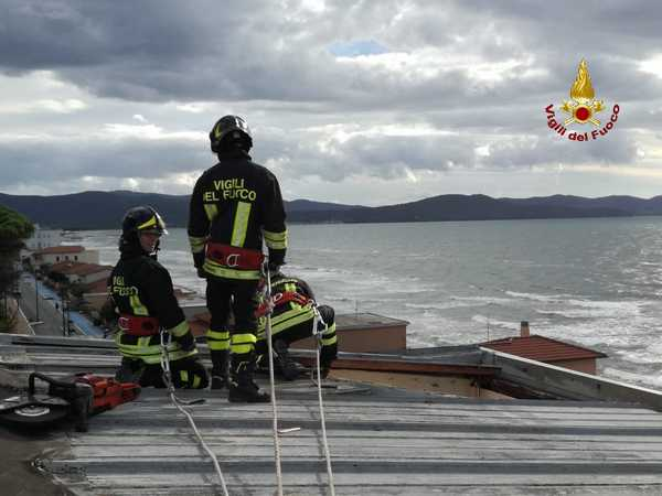 Tetto pericolante per il forte vento: intervento dei Vigili del Fuoco