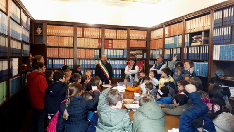 Il municipio si trasforma in una scuola: visita dei bambini al palazzo comunale