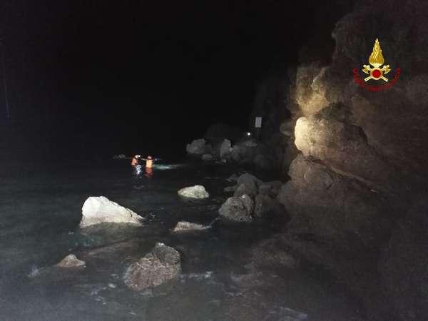 Uomo cade in mare dagli scogli: intervengono i sommozzatori