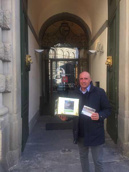 """Erosione costiera, Maremmare consegna 1000 cartoline ad Enrico Rossi: """"Difenda le nostre spiagge"""""""