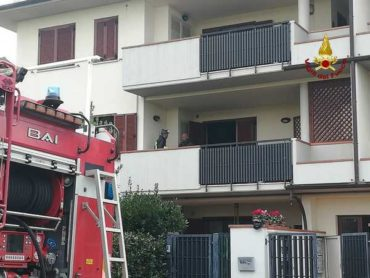 Canna fumaria in fiamme: incendio in un appartamento