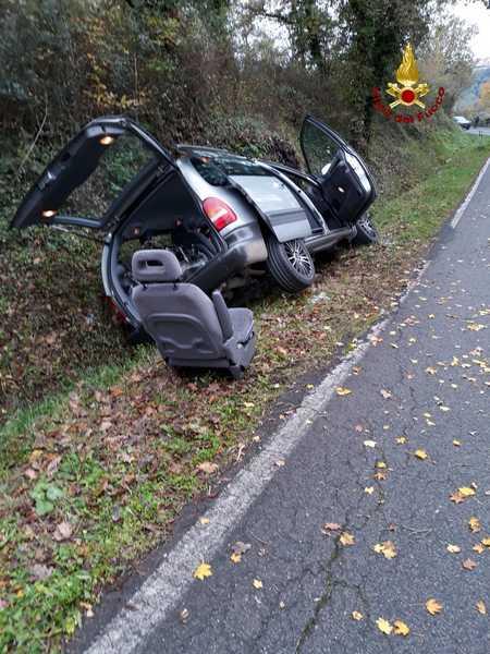 Auto sbanda ed esce di strada: ferito il conducente, trasportato con l'elisoccorso in ospedale