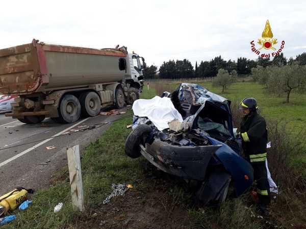 Scontro tra un'auto e un camion: morta una persona