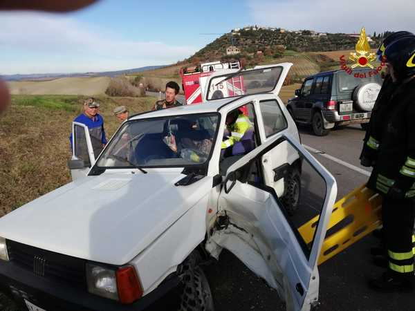 Incidente sulla strada del Cipressino: scontro tra due auto, elisoccorso sul posto