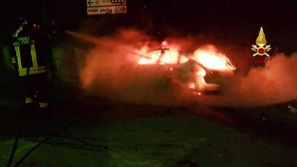 Auto sbanda e sbatte contro un muro, poi prende fuoco: due giovani ustionati, uno è grave