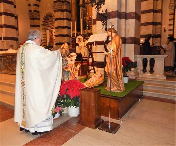 Photo of Il Vescovo presiede le messe di Natale, poi auguri con la gente e visita alla Caritas