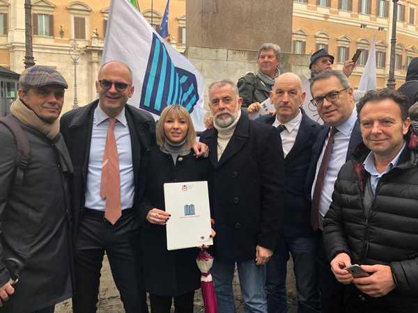 Bolkestein i parlamentari di forza italia in piazza con i for Deputati di forza italia