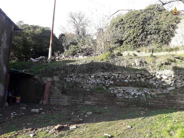 Muro crolla sulla strada: minacciata un'abitazione