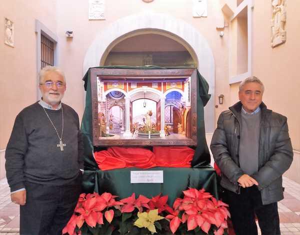 Un presepe napoletano allestito nell'atrio del palazzo vescovile: è realizzato da Carlo Virgo