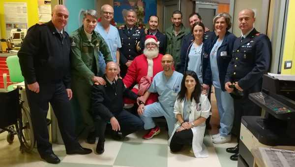 Il Babbo Natale del 4° Stormo vola in Pediatria: doni e sorrisi per i piccoli pazienti