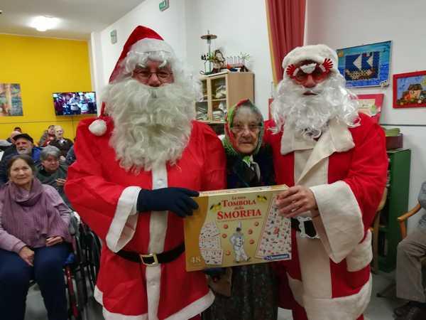 Visita dei Babbo Natale di Avis e Admo in pediatria e alla casa di riposo Ferrucci
