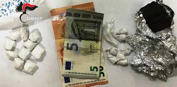 Sorpreso dai Carabinieri con l'hashish e la cocaina: giovane spacciatore arrestato in centro