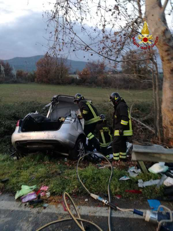 Incidente sull'Aurelia: auto esce di strada e sbatte contro un albero. Un morto
