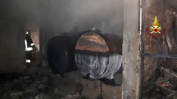 Autorimessa in fiamme: al suo interno gasolio e gpl