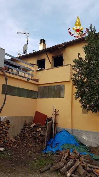 Incendio in un appartamento: tre persone riescono ad uscire fuori dalla casa