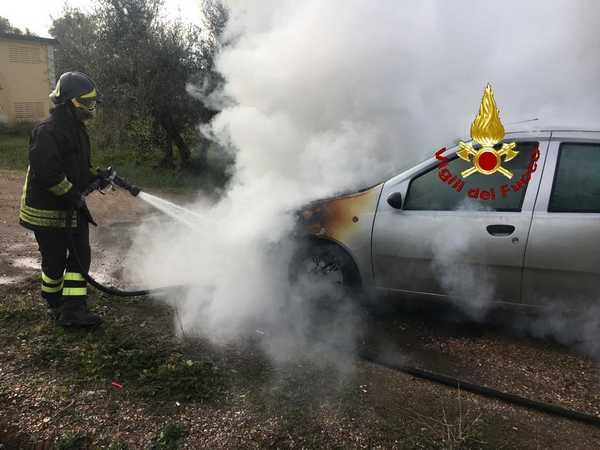 Auto prende fuoco lungo la strada: conducente illeso