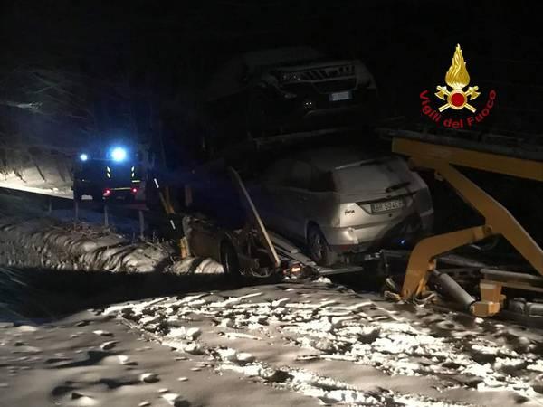 Camion fuori strada sull'Amiata: una bisarca finisce fuori strada a Santa Fiora