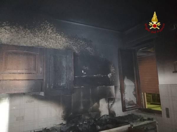 Incendio in un appartamento: le fiamme si propagano dalla cucina