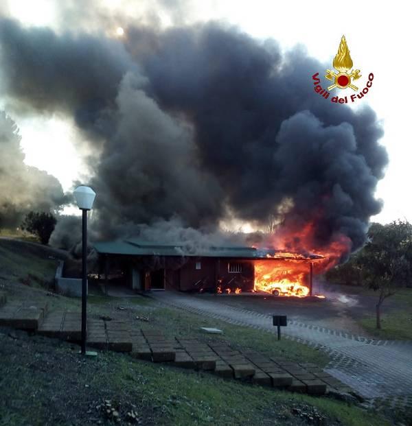 Incendio al Golf club Il Pelagone: distrutte nove auto, sacche e ferri da gioco