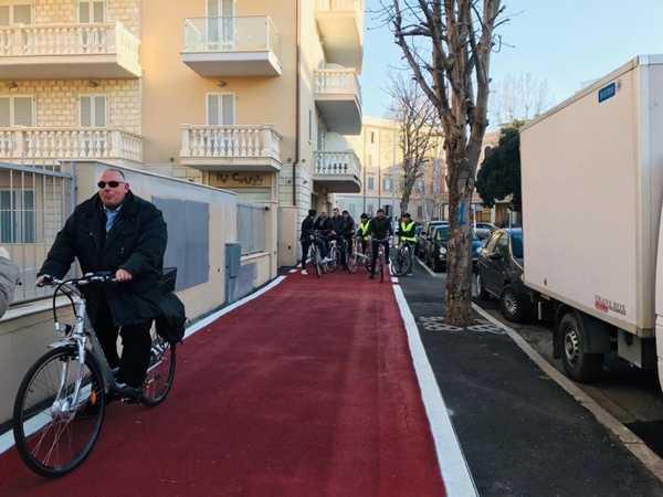 Sindaco e assessori in bici per collaudare la nuova pista ciclabile