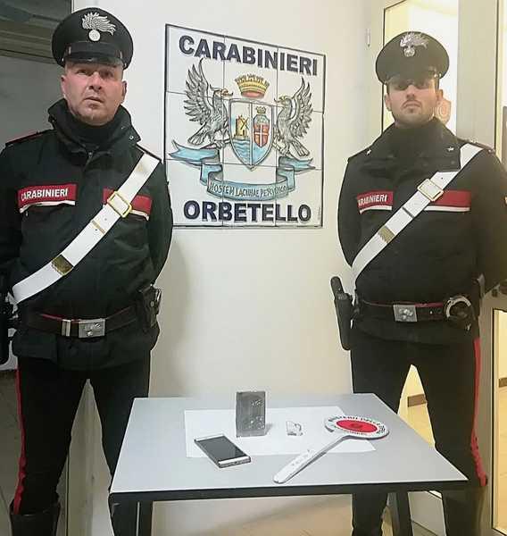 Viaggia con oltre 100 grammi di hashish in macchina: scoperto dai Carabinieri