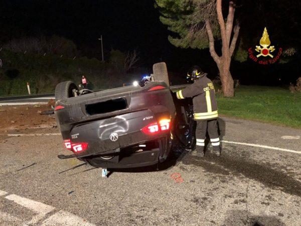Incidente nella notte sull'Aurelia: auto si ribalta, conducente ferito