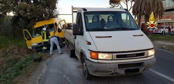 Incidente alle porte di Grosseto: scontro tra due furgoni, un uomo ferito