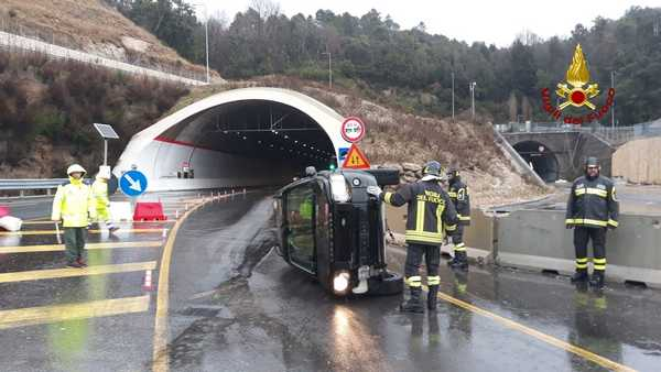 Incidente sulla Senese: auto sbatte contro una barriera e si ribalta
