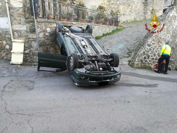 Incidente in paese: auto sbanda e si ribalta