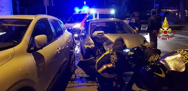 Incidente in città: auto sbanda e va a sbattere contro una macchina parcheggiata