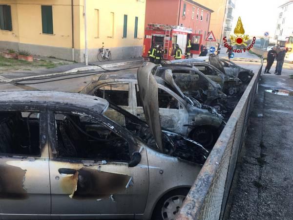 Auto brucia ad Orbetello: in fiamme anche le altre accanto