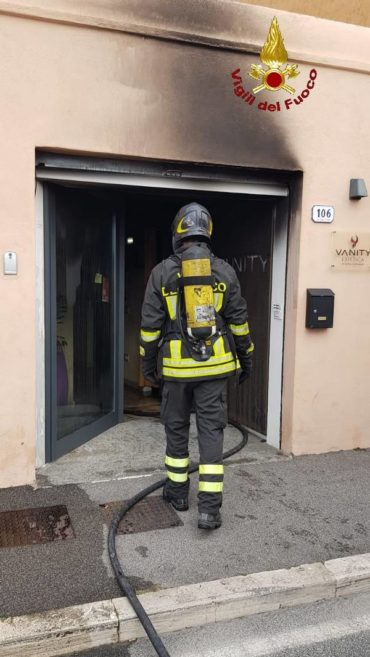 Orbetello, incendio in un esercizio commerciale