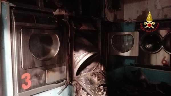 Incendio nella notte: lavanderia automatica distrutta dalle fiamme